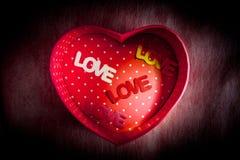Boîte en forme de coeur de milieu d'AMOUR de boîte-cadeau et de textes Image libre de droits