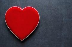 Boîte en forme de coeur de velours sur un fond de tableau Image libre de droits