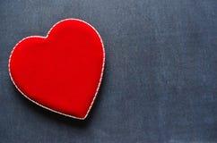 Boîte en forme de coeur de velours sur un fond de tableau Images stock
