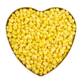 Boîte en forme de coeur en métal complètement de noyaux de maïs Photos stock