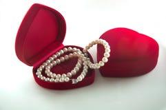 Boîte en forme de coeur enchaînée avec des perles Photo stock