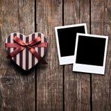 Boîte en forme de coeur et deux cadres en blanc de photo images stock