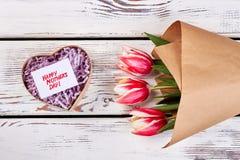 Boîte en forme de coeur et fleurs Photographie stock