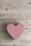 Boîte en forme de coeur rose sur le Tableau en bois de planche d'en haut Images libres de droits