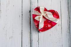 Boîte en forme de coeur sur la table blanche photo libre de droits