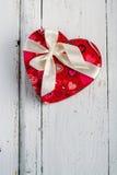 Boîte en forme de coeur sur la table blanche photographie stock