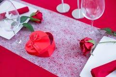 Boîte en forme de coeur sur la table décorée Image libre de droits