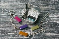 Boîte en métal avec des bâtons d'usb Image stock