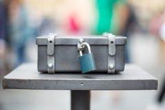 Boîte en métal avec une serrure bleue photos stock