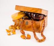Boîte en pierre ambre de vintage de bijoux d'habillement sur le blanc Photos libres de droits