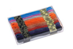 Boîte en plastique avec le fil multicolore pour la broderie Photo stock