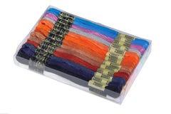 Boîte en plastique avec le fil multicolore pour la broderie Images libres de droits