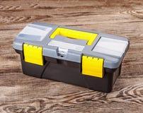 Boîte en plastique d'outils sur le vieux conseil image stock