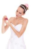 Boîte enthousiaste de bague de fiançailles d'ouverture de femme de jeune mariée Photo libre de droits