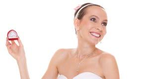 Boîte enthousiaste de bague de fiançailles d'ouverture de femme de jeune mariée Photo stock