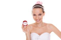 Boîte enthousiaste de bague de fiançailles d'ouverture de femme de jeune mariée Photos stock