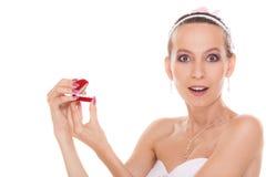 Boîte enthousiaste de bague de fiançailles d'ouverture de femme de jeune mariée Image libre de droits