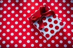 Boîte enveloppée avec le présent sur le conce à pois de vacances de nappe Photo libre de droits
