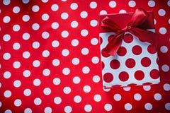 Boîte enveloppée avec le présent sur le concept à pois de vacances de tissu Photos stock