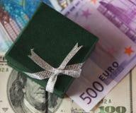 Boîte et argent actuels - dollar et euro Photographie stock