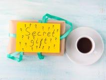 Boîte et café de cadeau enveloppés d'anniversaire de surprise Images stock