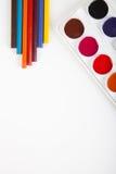 Boîte et crayons d'aquarelle sur le fond clair photos stock