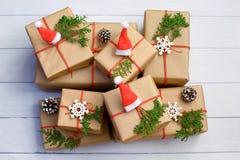 Boîte et décoration de cadeaux de Noël sur le fond blanc Vue supérieure, configuration plate, l'espace de copie photo stock