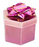 Boîte et ruban roses sur les milieux blancs Image stock