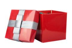 Boîte et ruban rouges sur les milieux blancs Images libres de droits