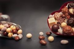 Boîte et verre en forme de coeur avec des truffes de chocolat pour Valentine Photographie stock