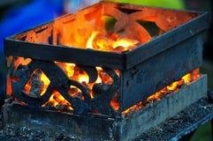 Boîte forgée avec des charbons chauds Photographie stock libre de droits