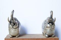 Boîte formée par éléphant argenté de Khmer L'éléphant a soulevé le tronc, symbole de la bonne chance Images libres de droits