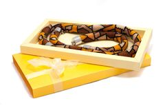 Boîte jaune avec la décoration de perle sur le blanc Image stock