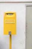 Boîte jaune de courrier à Vatican image stock