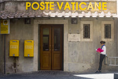 Boîte jaune de courrier de Vatican photo stock