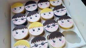 Boîte mélangée de petits gâteaux de visage de garçons Photos stock