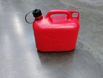 Boîte métallique en plastique rouge pour les liquides inflammables photo libre de droits