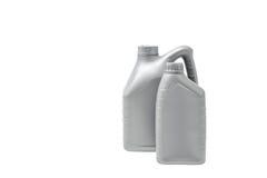 Boîte métallique grise avec l'huile à moteur d'isolement sur le fond blanc Image stock