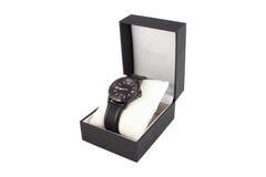 Boîte noire avec la montre sur le fond blanc Images stock