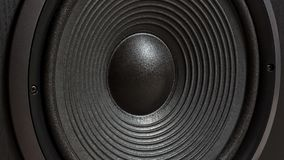 Boîte noire de haute fidélité de haut-parleur bruyant dans la fin  Matériel sonore professionnel photo stock
