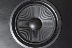 Boîte noire de haute fidélité de haut-parleur bruyant dans la fin  Matériel sonore professionnel photographie stock libre de droits