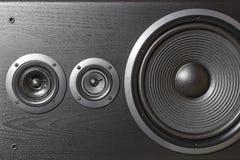 Boîte noire de haute fidélité de haut-parleur bruyant dans la fin  Matériel sonore professionnel photographie stock