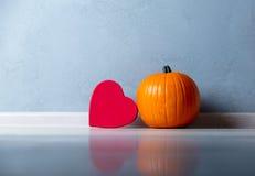 Boîte orange de forme de potiron et de coeur d'automne Photographie stock libre de droits