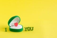 Boîte pour des bijoux avec un coeur à l'intérieur Mots JE T'AIME Image libre de droits