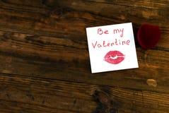 Boîte pour l'anneau au centre et une note le jour de valentin Images stock