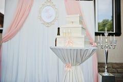 Boîte pour l'argent contre la voûte de mariage à la cérémonie extérieure Photo libre de droits