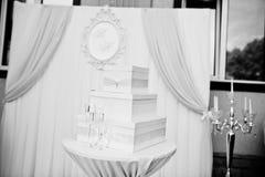 Boîte pour l'argent contre la voûte de mariage à la cérémonie extérieure Noircissez Images stock