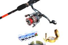 boîte pour pêcher des accessoires, pêchant la bobine, canne à pêche, pêchant le fond blanc de conducteurs photographie stock