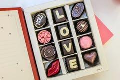 Boîte réglée à chocolat avec amour de mots Photographie stock