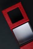 Boîte rectangulaire noire rouge d'anneau sur le fond foncé Photographie stock libre de droits